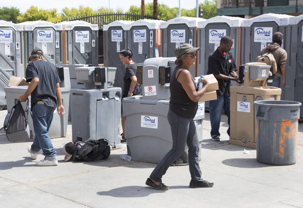 Los clientes se lavan las manos en las estaciones de lavado de manos del Courtyard Homeless Res ...