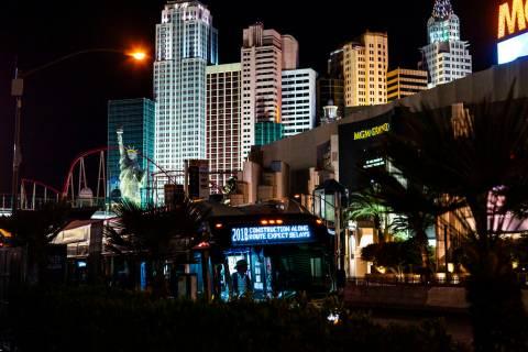 Un autobús se detiene en las afueras del MGM Grand en Las Vegas el lunes, 16 de marzo de 2020. ...