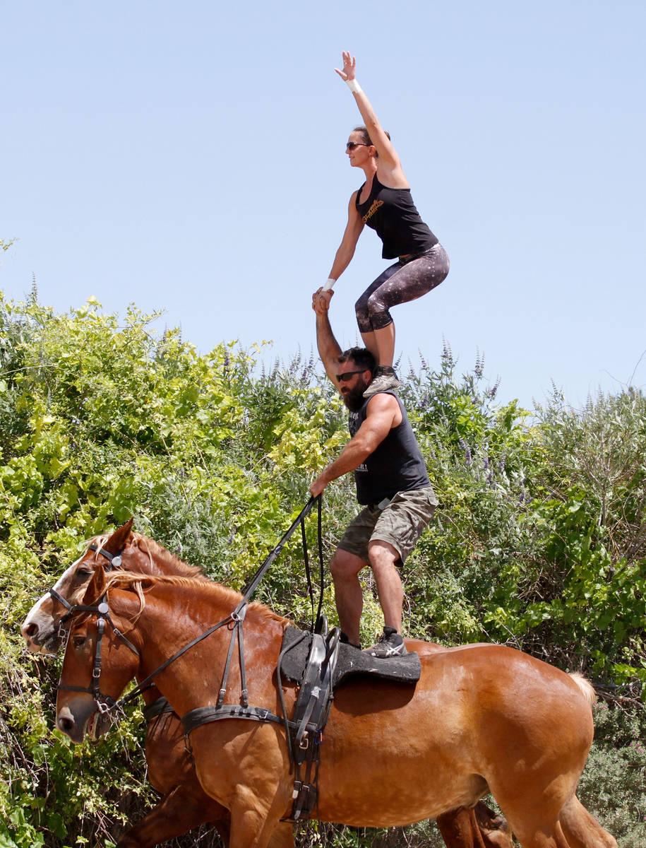 El copropietario de Gladius The Show, Erik Martonovich, realiza acrobacias con la intérprete N ...