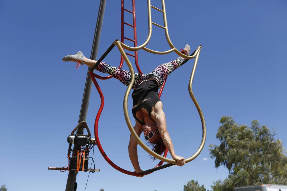 La artista de Gladius The Show, Lisa Varmbo Martonovich, practica en el Rancho Gladius de Las V ...