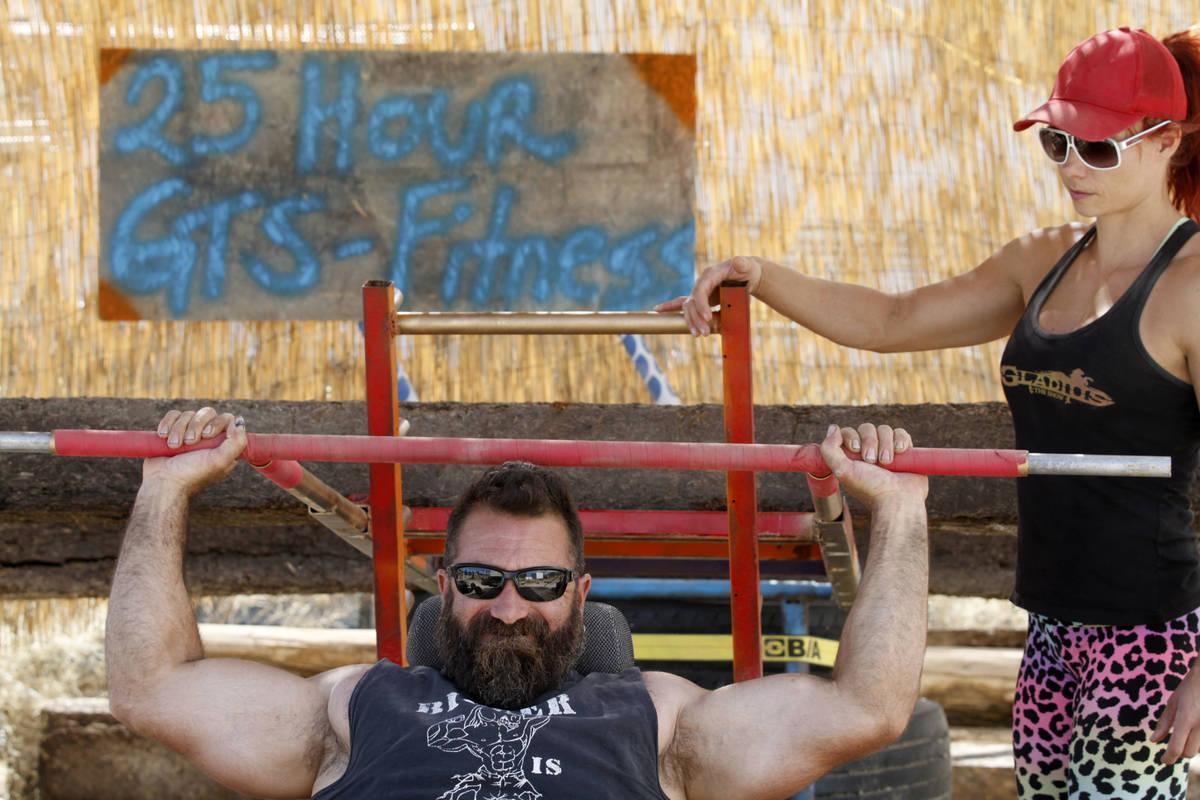 El copropietario de Gladius The Show, Erik Martonovich, utiliza equipos de gimnasio caseros par ...