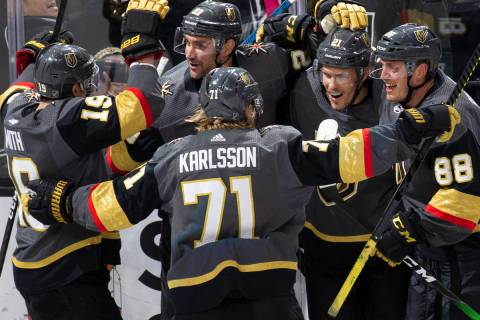 El ala derecha de los Golden Knights de Las Vegas, Reilly Smith (19), el centro, William Karlss ...