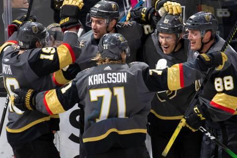 El ala derecha de los Golden Knights de Las Vegas, Reilly Smith (19), el centro, William Karlss ...
