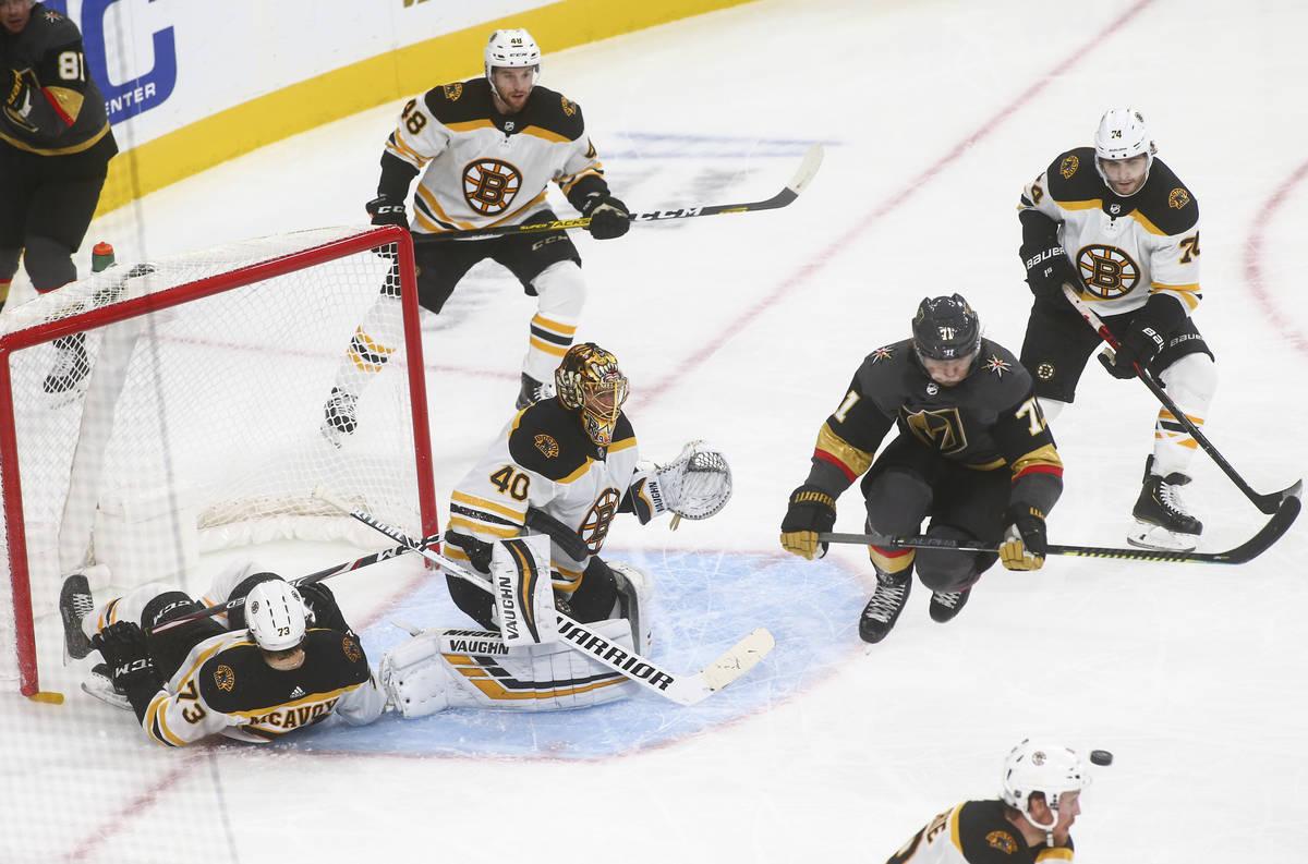 William Karlsson (71) de los Knights, salta hacia el puck mientras el portero de los Bruins de ...