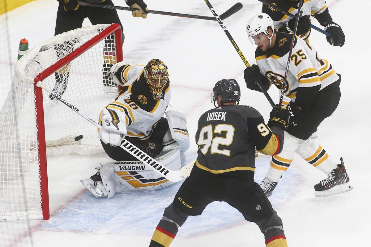El portero de los Boston Bruins, Tuukka Rask (40), bloquea un tiro frente a Tomas Nosek (92) de ...