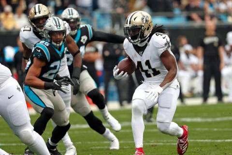 El corredor de los New Orleans Saints, Alvin Kamara (41), corre contra los Carolina Panthers du ...