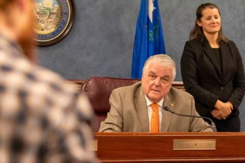 El Gobernador Steve Sisolak habla durante una conferencia de prensa para informar a los ciudada ...