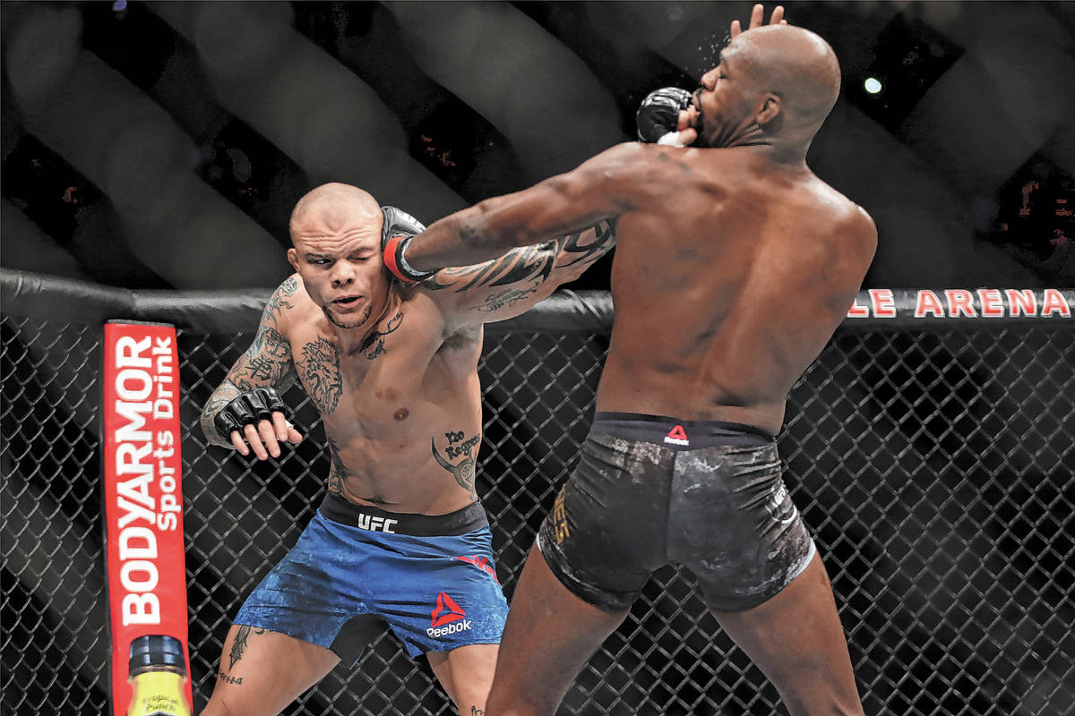 Anthony Smith, izquierda, se enfrenta a Jon Jones en el combate por el título de peso pesado l ...