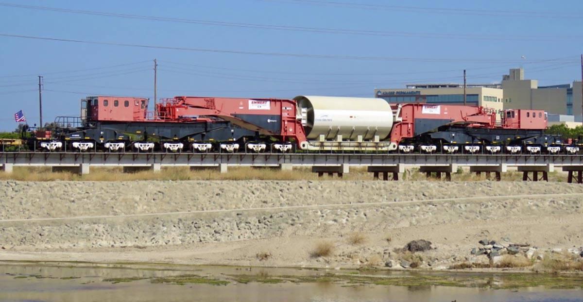 El viejo reactor nuclear (dentro del cilindro gris) cruza el río Santa Ana en Orange, Californ ...