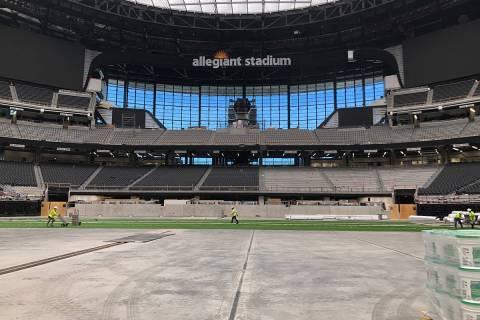 Equipos instalan el césped artificial en el que la UNLV jugará sus partidos en el Estadio All ...