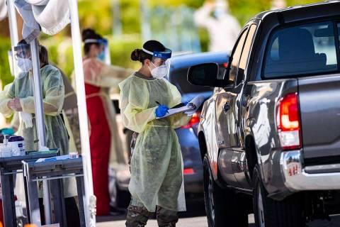 Miembros de la Guardia Nacional ayudan a la Escuela de Medicina de la UNLV a administrar las pr ...