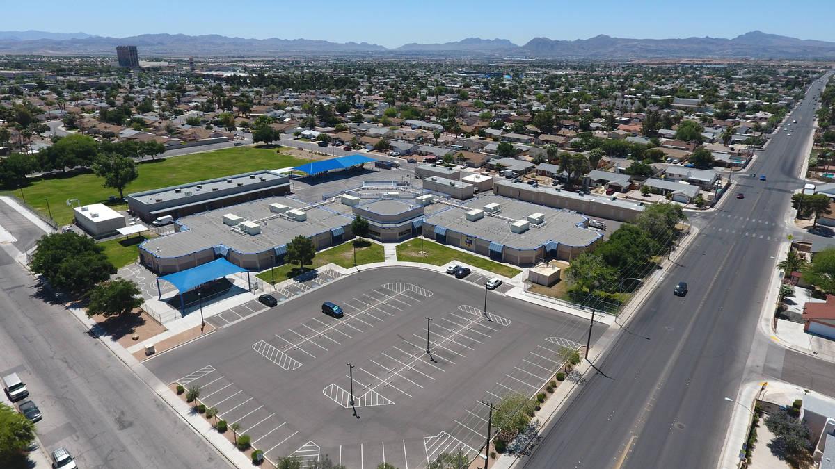Una vista aérea de la Escuela Primaria Ferron en Las Vegas el miércoles, 27 de mayo de 2020. ...