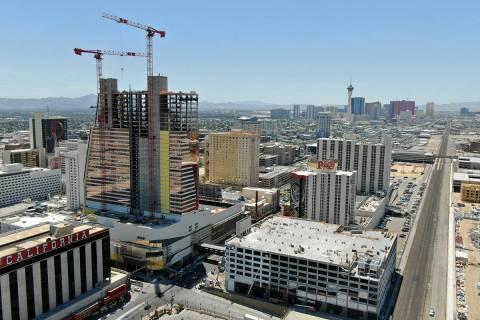"""Foto aérea de la construcción del hotel Circa y el """"Garage Mahal"""" en el centro de Las Vegas e ..."""