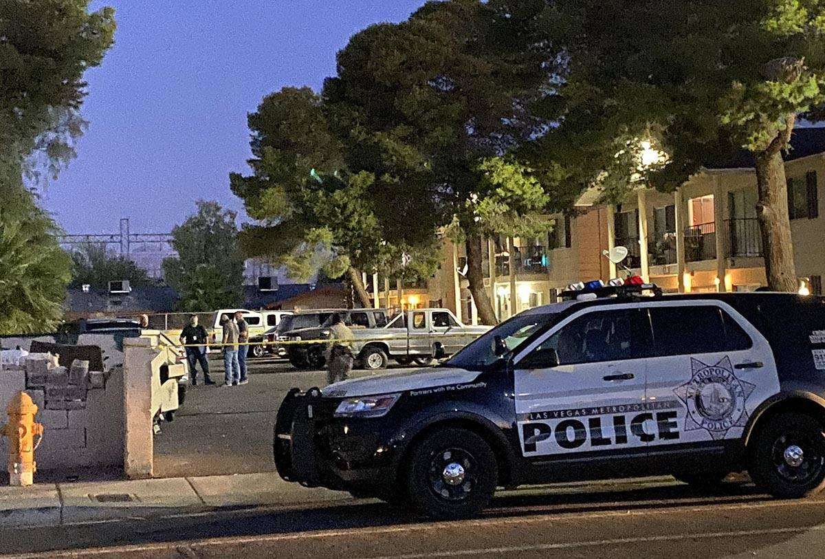 La policía de Las Vegas en la escena temprano el jueves, 28 de mayo de 2020, después de que u ...