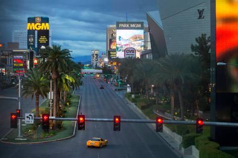 El Strip de Las Vegas prácticamente vacío después de que el Gobernador Steve Sisolak ordenar ...