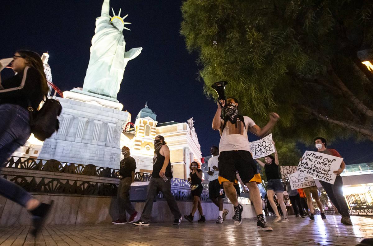 Manifestantes se reúnen para exigir justicia para George Floyd a lo largo del Strip de Las Veg ...
