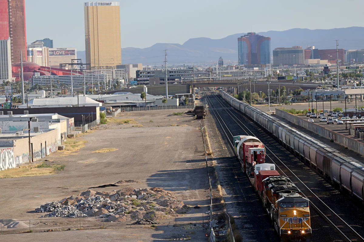 El vagón de tren más grande del mundo mueve un viejo reactor nuclear de 770 toneladas (encerr ...