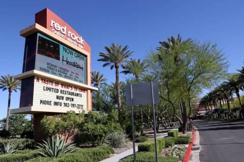 Red Rock Resort en Las Vegas el martes, 26 de mayo de 2020. Station Casinos están extendiendo ...