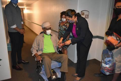 La concejal Olivia Díaz y voluntarios de The Mask Posse visitaron cada una de las viviendas de ...