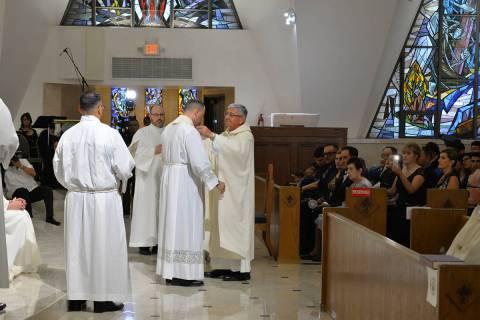 Archivo.- Miguel Corral recibió la investidura sacerdotal de manos del Padre Alberto Alzate, s ...