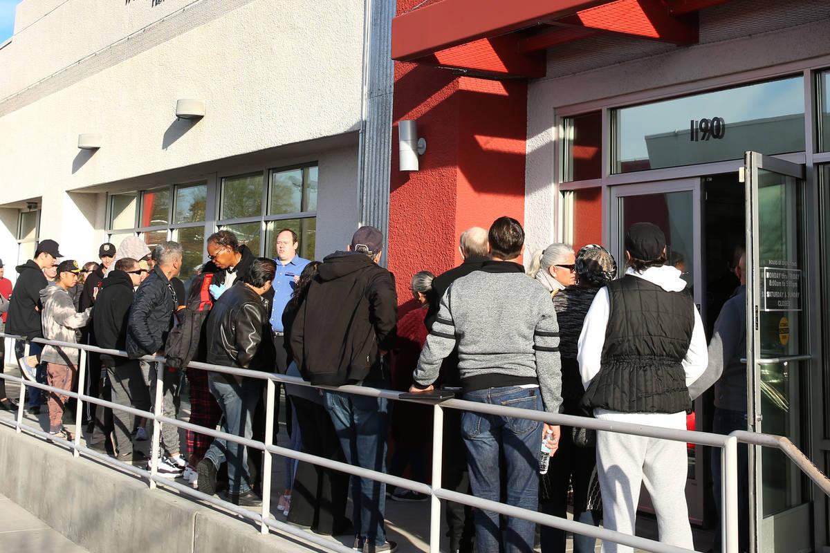 Archivo.- Personas hacen fila en el One-Stop Career Center, el lunes 16 de marzo de 2020, en La ...