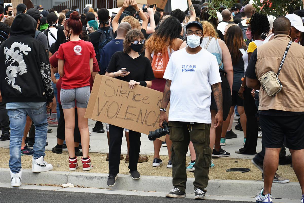 Con pancartas y gritos, cientos de personas expresan que las vidas afroamericanas también impo ...