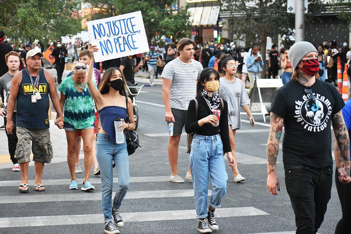 Cientos de personas participaron en la protesta por George Floyd, un hombre afroamericano que f ...