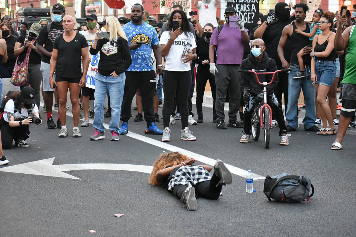 Una mujer simula ser sometida por las autoridades como protesta durante los movimientos que pid ...