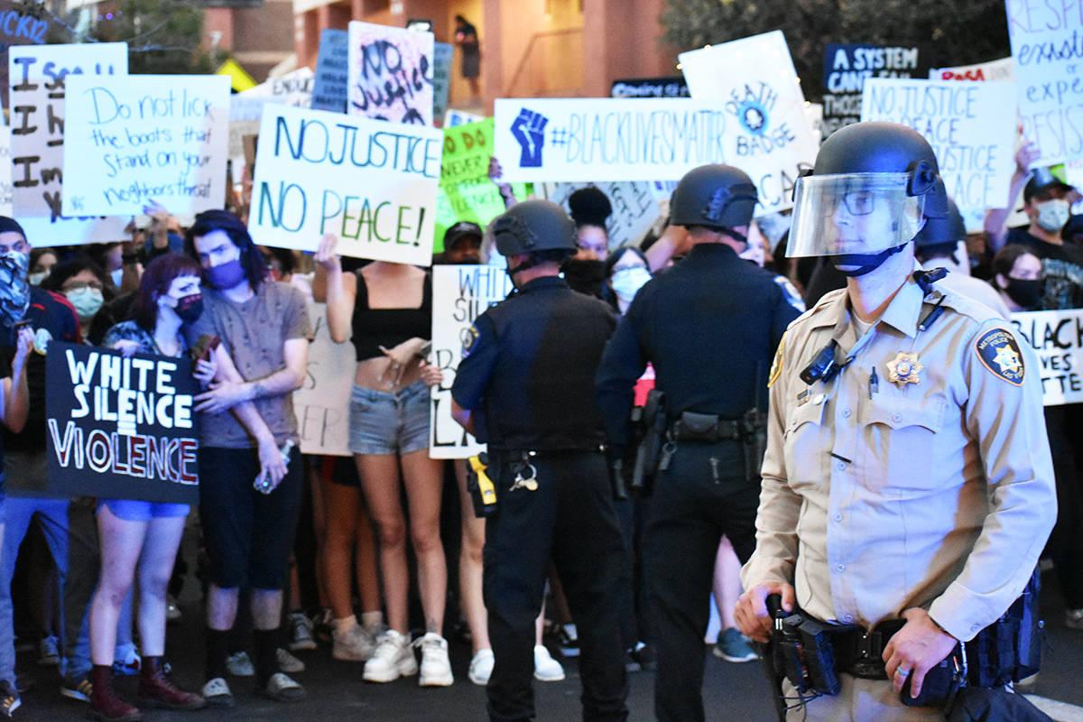 Algunos manifestantes encararon a los oficiales de LVMPD, quienes tuvieron que realizar arresto ...