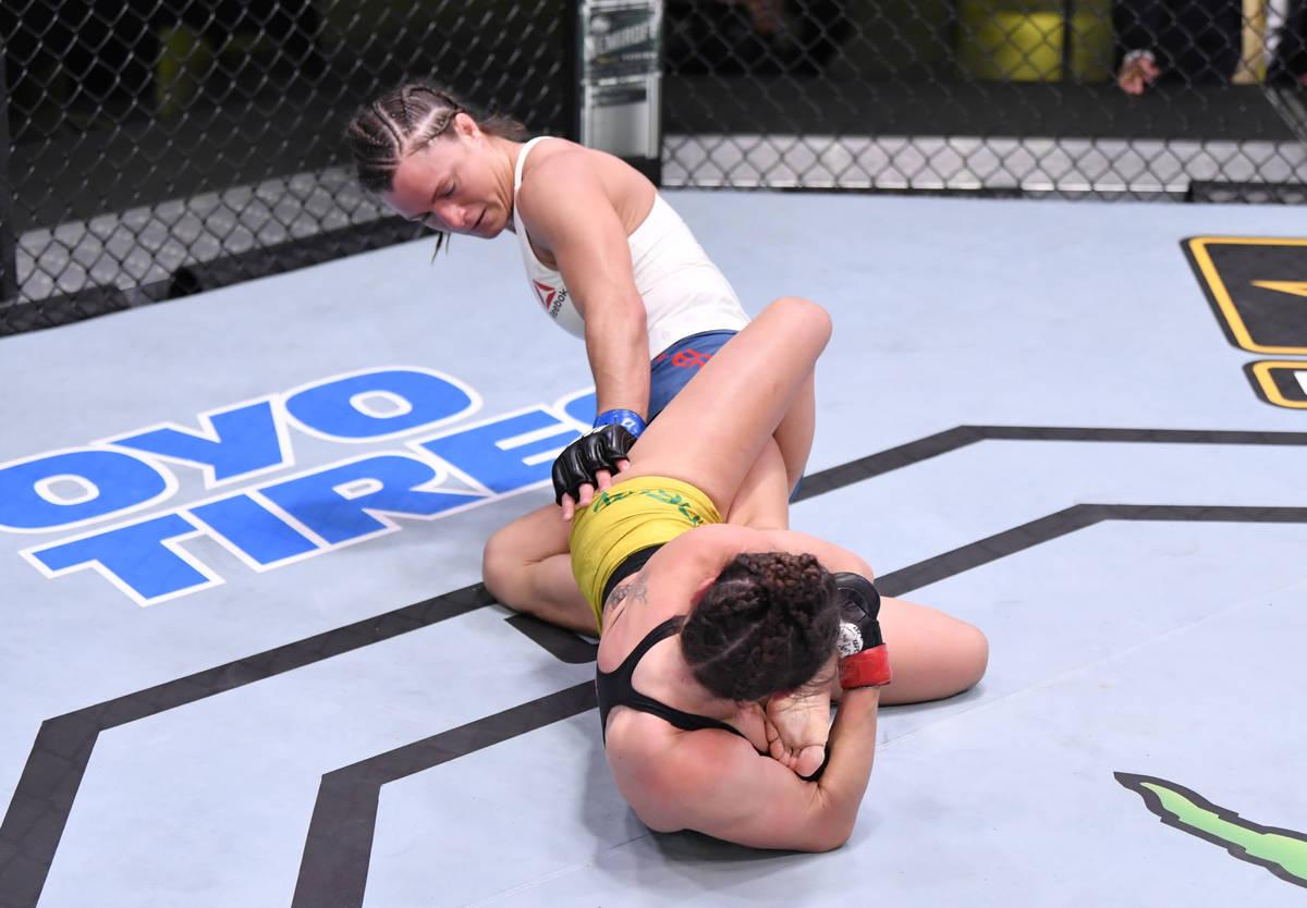 LAS VEGAS, NEVADA - 30 DE MAYO: Mackenzie Dern celebra después de su victoria sobre Hannah Cif ...