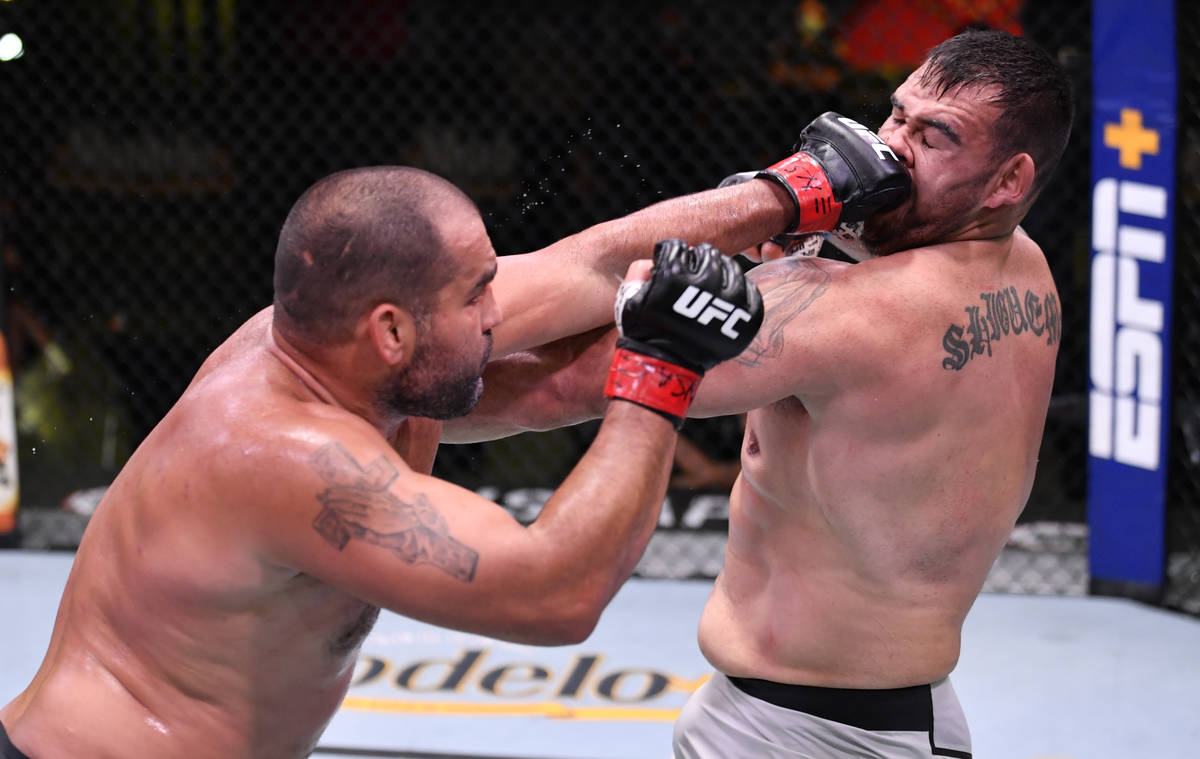 LAS VEGAS, NEVADA - 30 DE MAYO: (I-D) Blagoy Ivanov de Bulgaria golpea a Augusto Sakai de Brasi ...