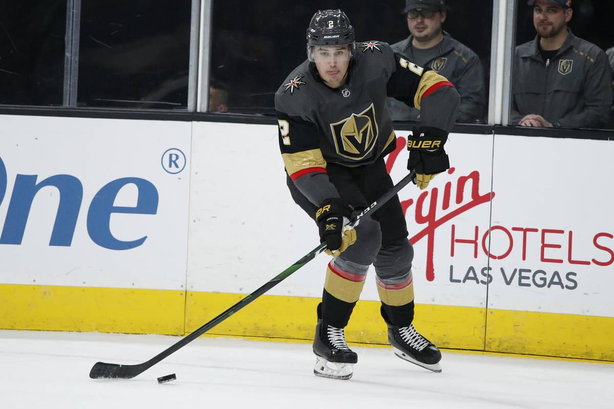 Zach Whitecloud de los Golden Knights de Las Vegas juega contra los Devils de Nueva Jersey dura ...