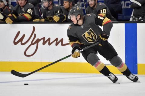 Zach Whitecloud de los Golden Knights de Las Vegas juega contra los Carolina Hurricanes durante ...