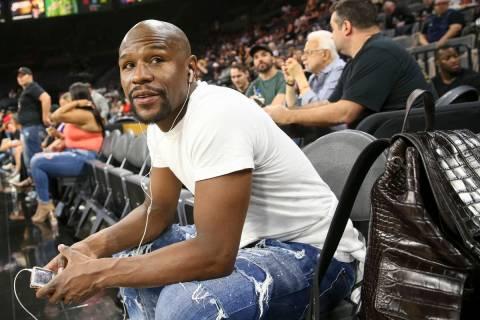 El boxeador Floyd Mayweather asiste al partido de baloncesto de la WNBA de Las Vegas Aces y Los ...