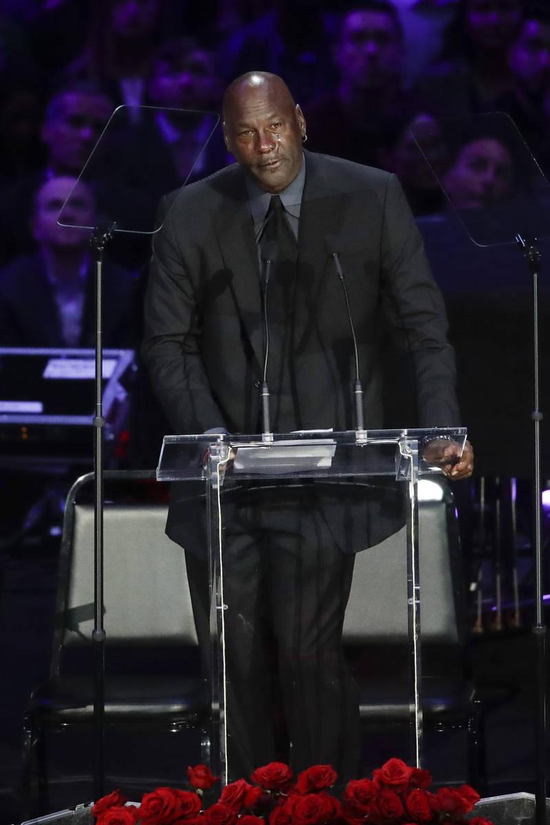 El ex jugador de la NBA, Michael Jordan, llora mientras habla durante una celebración de la vi ...