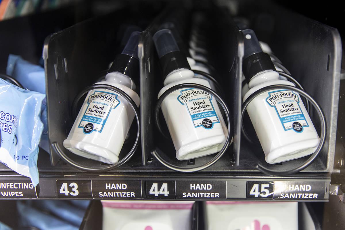 Una nueva máquina expendedora que ofrece desinfectante de manos y otros artículos de protecci ...