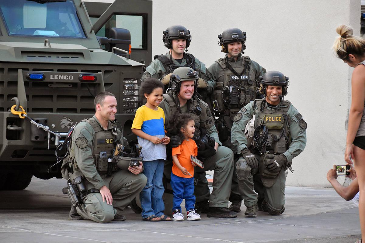 Algunos padres llevaron a sus hijos a la protesta. La manifestación luego se tornó tensa, vio ...