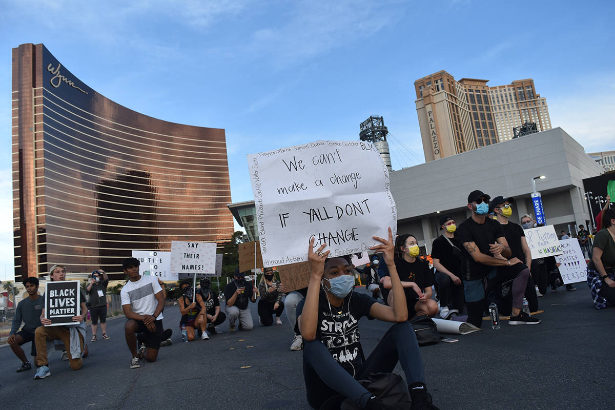 Jornada de protestas en Las Vegas se tiñe de rojo; un oficial herido de gravedad y un manifest ...