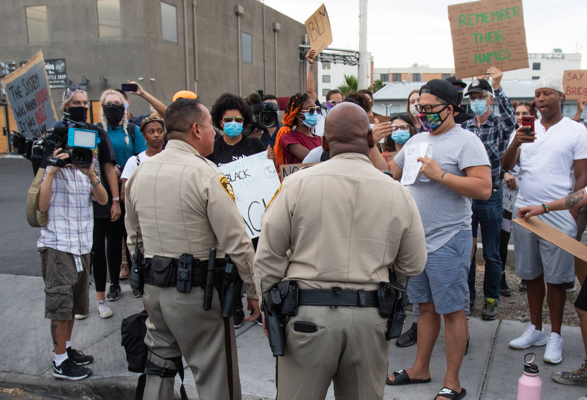 La policía de Las Vegas habla con los manifestantes para determinar la ruta de la protesta dur ...