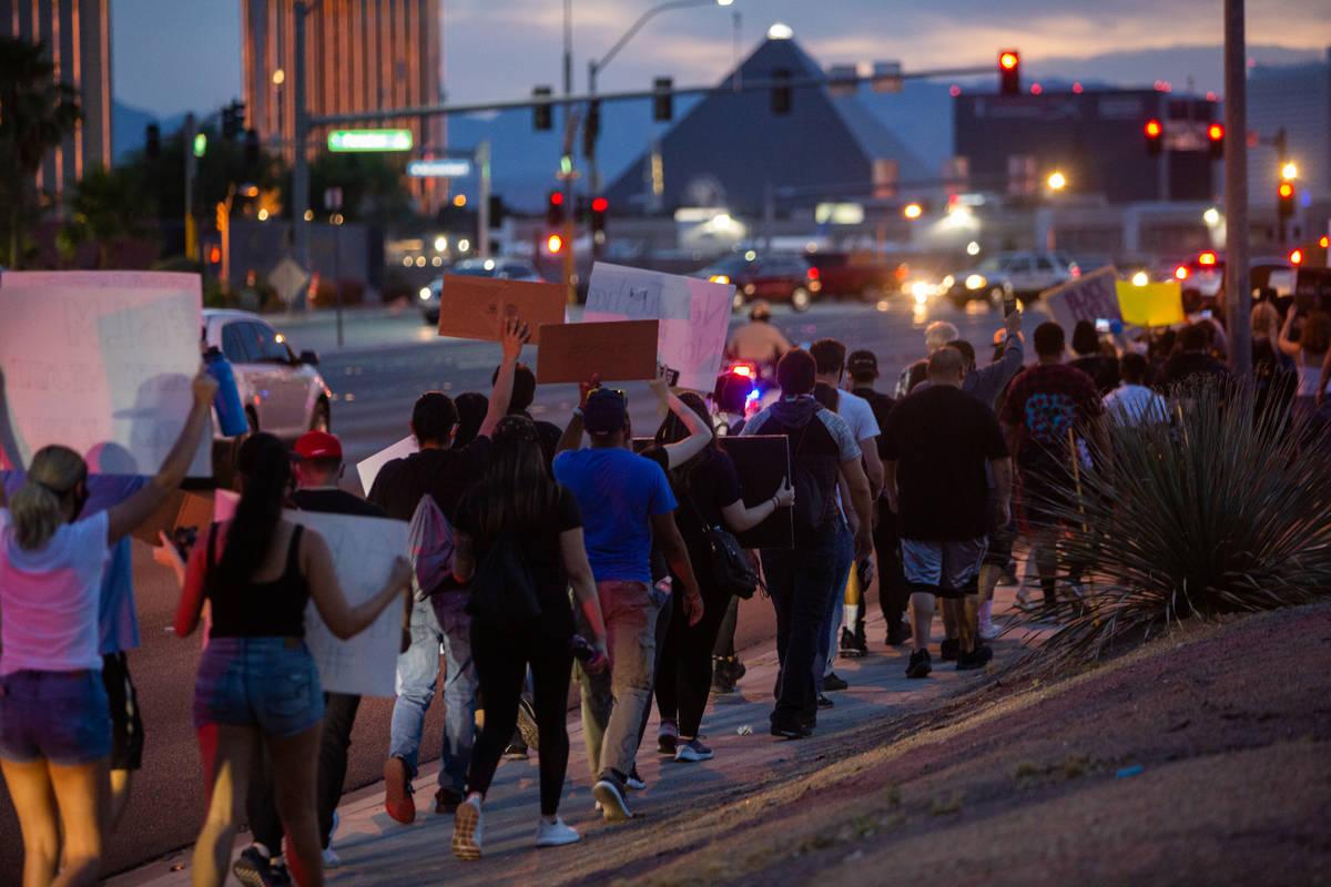 Manifestantes marchan con el Strip a la distancia durante una protesta de Black Lives Matter en ...