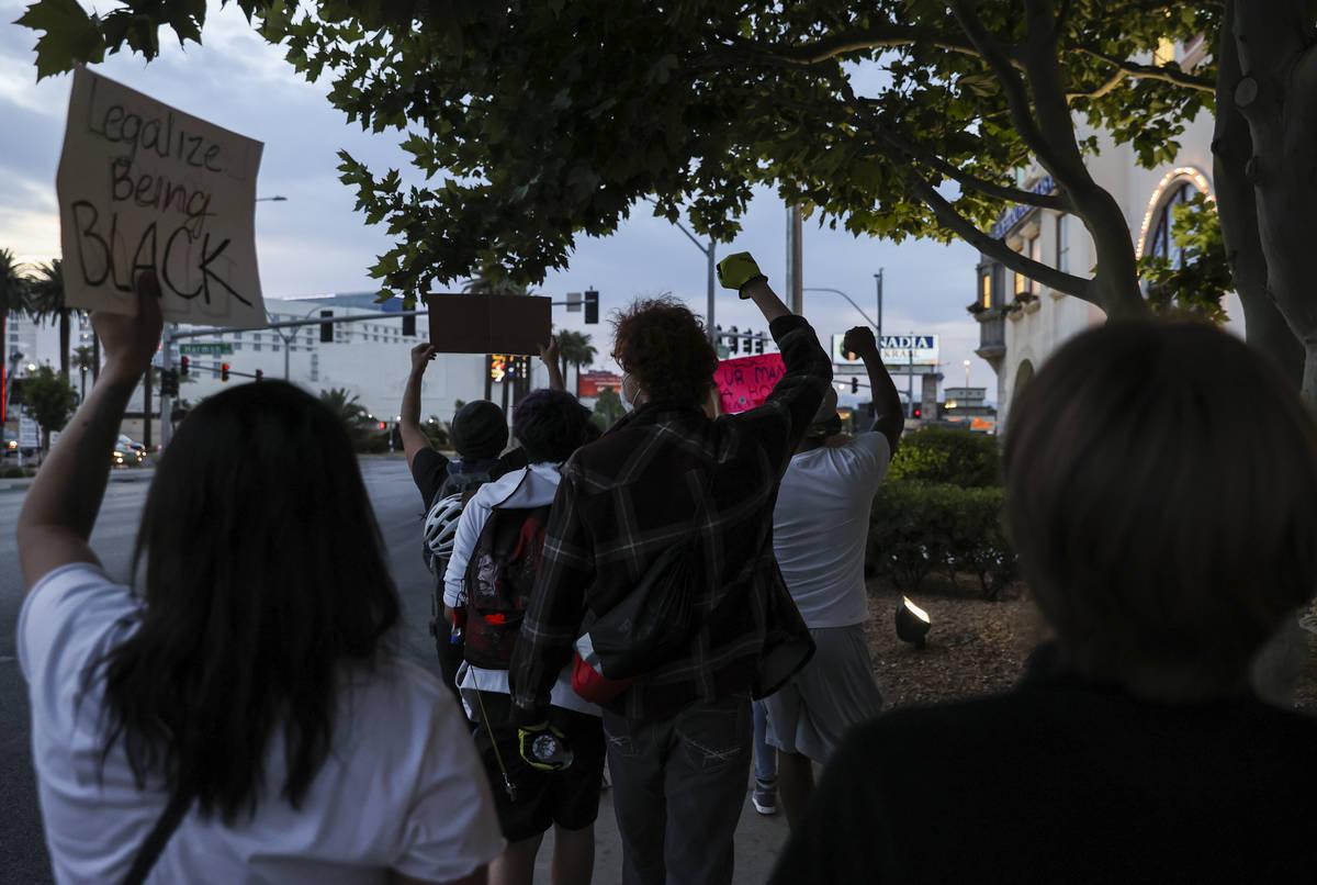 Manifestantes marchan durante una protesta de Black Lives Matter en Las Vegas el martes, 2 de j ...