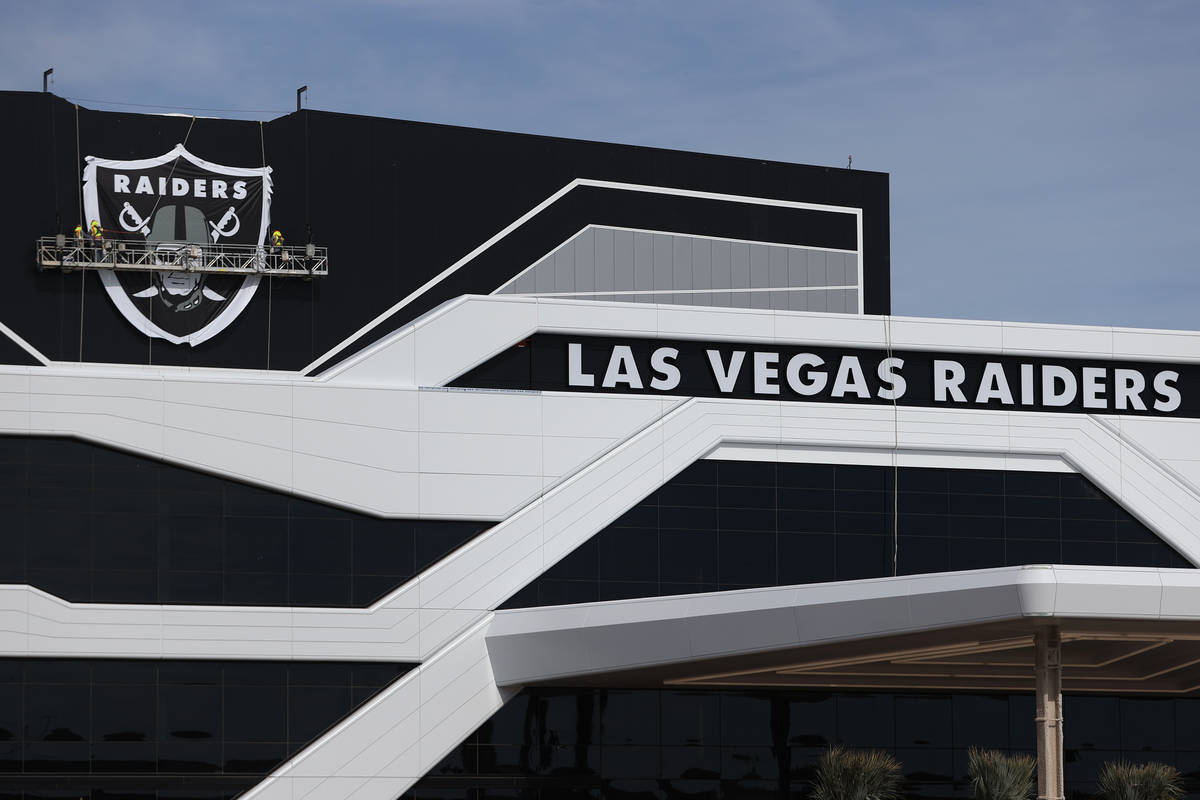El logo del escudo instalado en el cuartel general de los Raiders de Las Vegas y en las instala ...