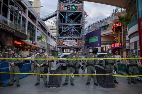 La policía protege la Fremont Street Experience de los manifestantes de la calle Fremont duran ...