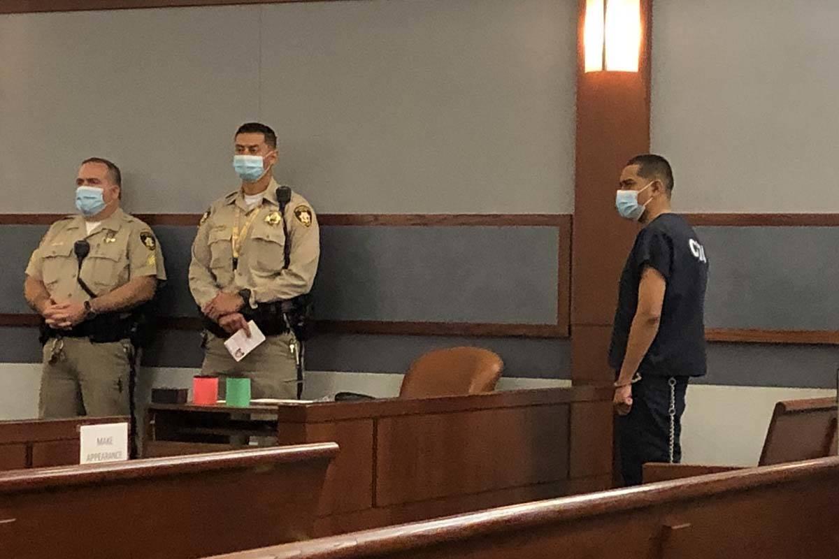 Edgar Samaniego, derecha, acusado de disparar y herir gravemente a un policía de Las Vegas, co ...