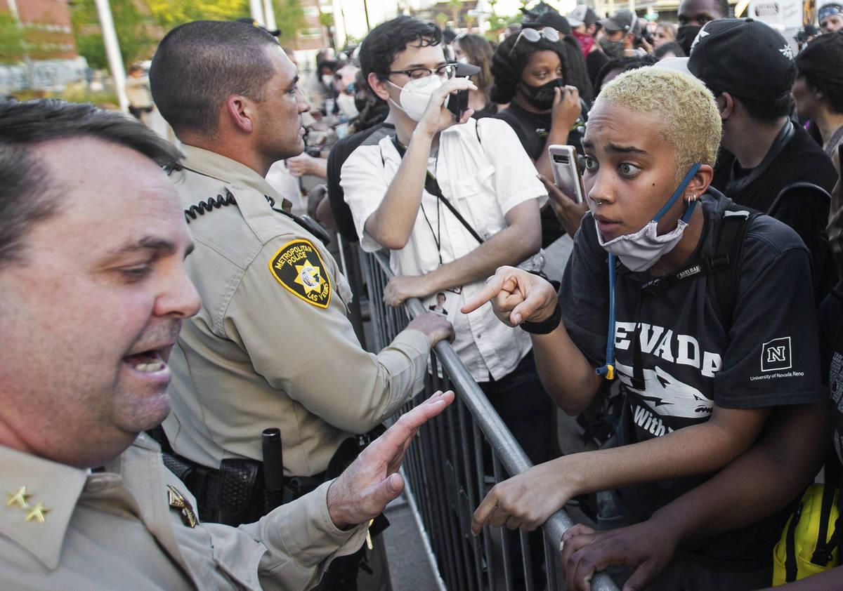 El asistente del alguacil, Christopher Jones, habla con una multitud de al menos 300 manifestan ...