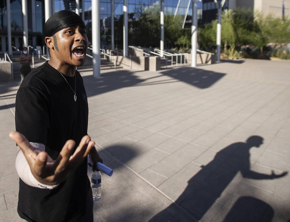 Una multitud de al menos 300 manifestantes marchan afuera del Ayuntamiento de Las Vegas el mié ...