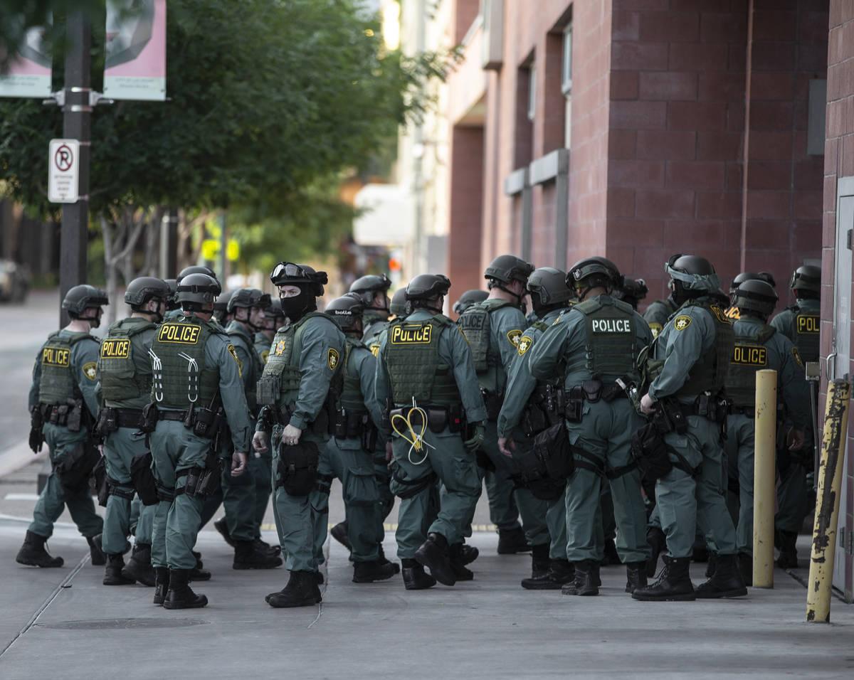 Una multitud de al menos 300 manifestantes marchan en el centro de Las Vegas el miércoles, 3 d ...