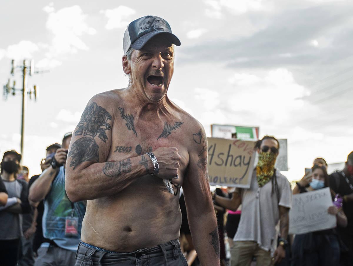 """Un hombre agitado gritando """"mi vida importa"""" camina a través de cientos de manifestantes fuera ..."""