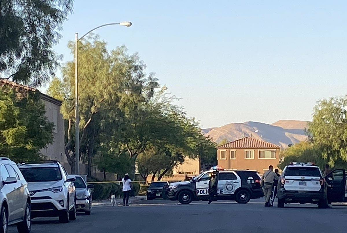 La policía de Las Vegas bloqueó con cinta adhesiva una calle en la escena de un homicidio en ...