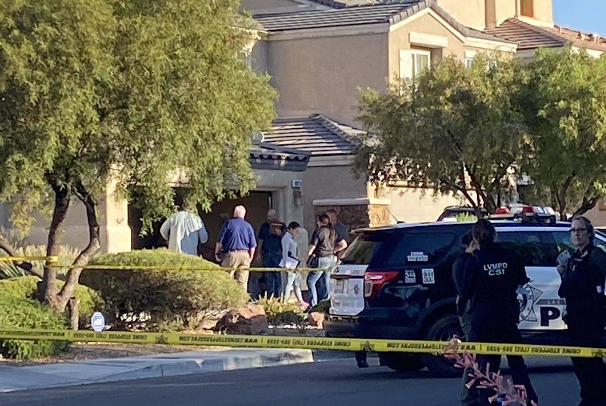 La policía de Las Vegas investiga un homicidio en la cuadra 8800 de Canyon Saddle Drive en el ...